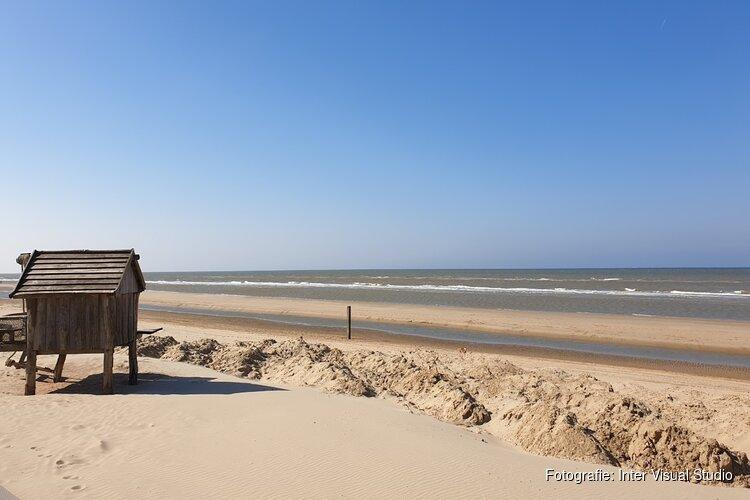 Gastvrouwen voor badgasten: Gemeente Castricum zet goed gesprek in voor 1,5 m afstand aan het strand