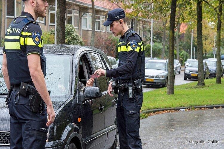 Politiemensen houden bestuurder onder invloed twee keer aan