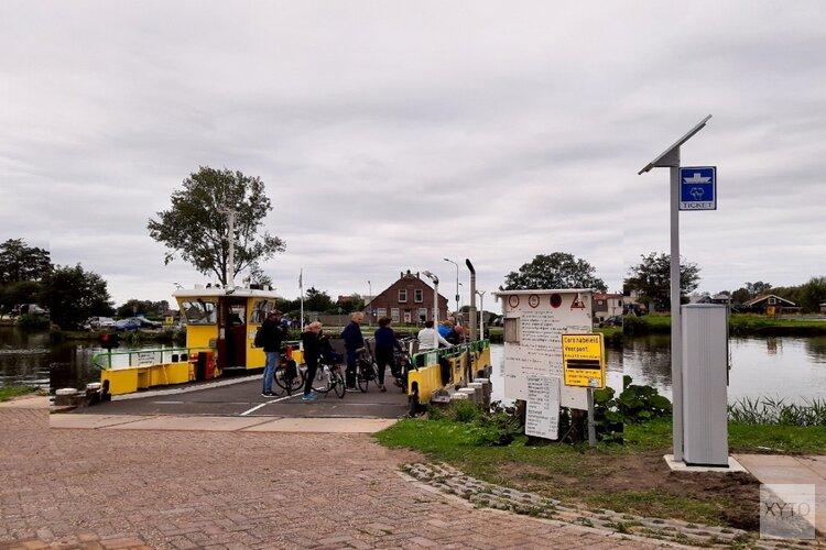 Voetgangers en (brom)fietsers kopen eerst een kaartje bij de nieuwe kaartautomaat bij het pontje Akersloot