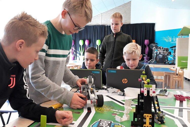 Robots programmeren op kindcentrum Helmgras