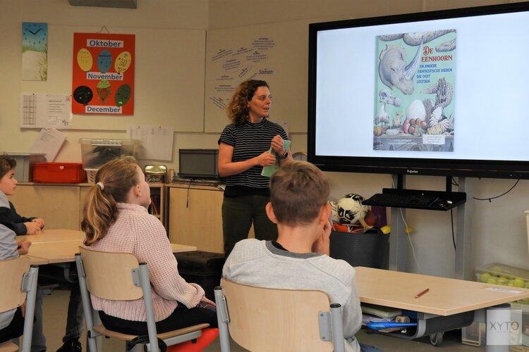 Lotte Stegeman neemt leerlingen Helmgras mee terug in de tijd