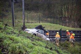Auto crasht bij spoor Castricum, treinverkeer plat