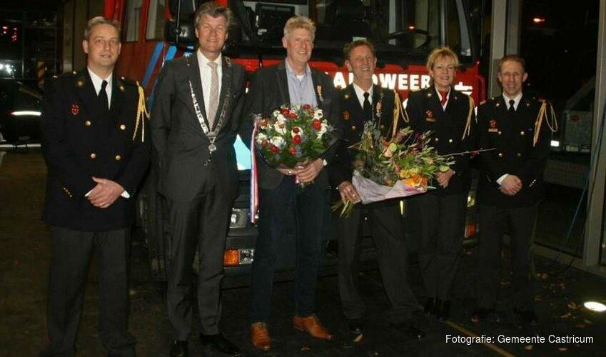 Twee brandweermannen onderscheiden