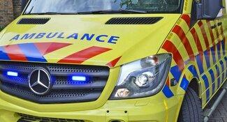 Zwaargewonde bij botsing tussen scooter en auto in Limmen