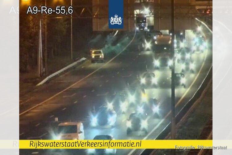 Flinke file op A9 tussen Alkmaar en Beverwijk door gekantelde vrachtwagen