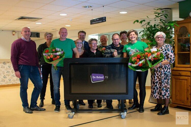 Akersloots 'Team Nico' overhandigt BeleefTV aan zorginstelling Heemswijk in Heemskerk